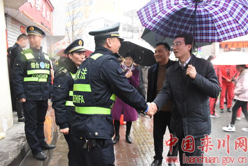 县领导看望元宵节文化活动参与人员