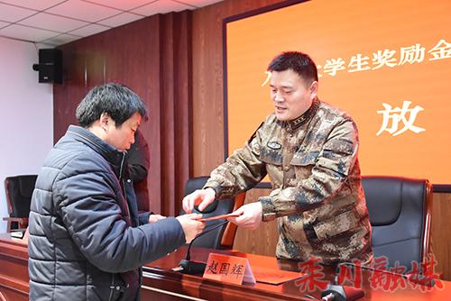栾川县为今年入伍大学生及进藏兵发放奖励金、补助金共539800元